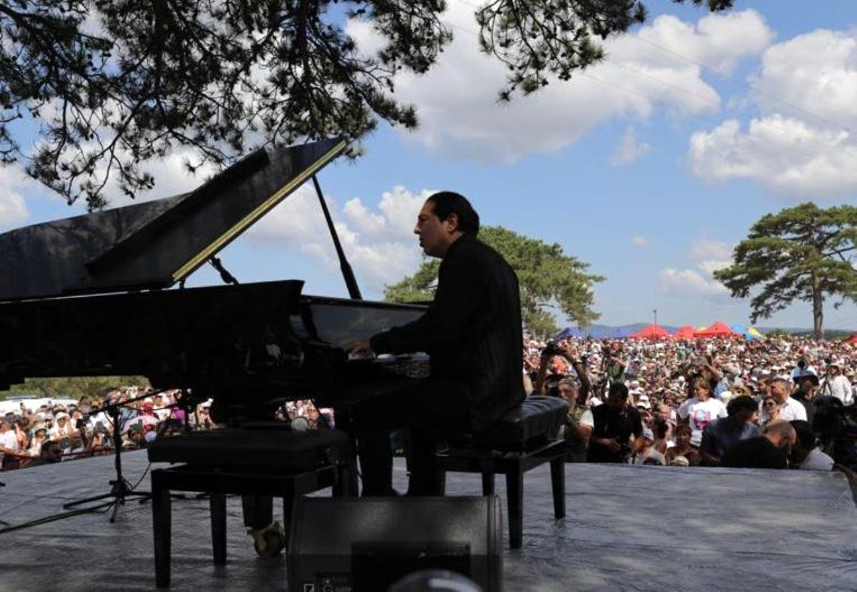Turkish pianist stages concert in protest against Canadian